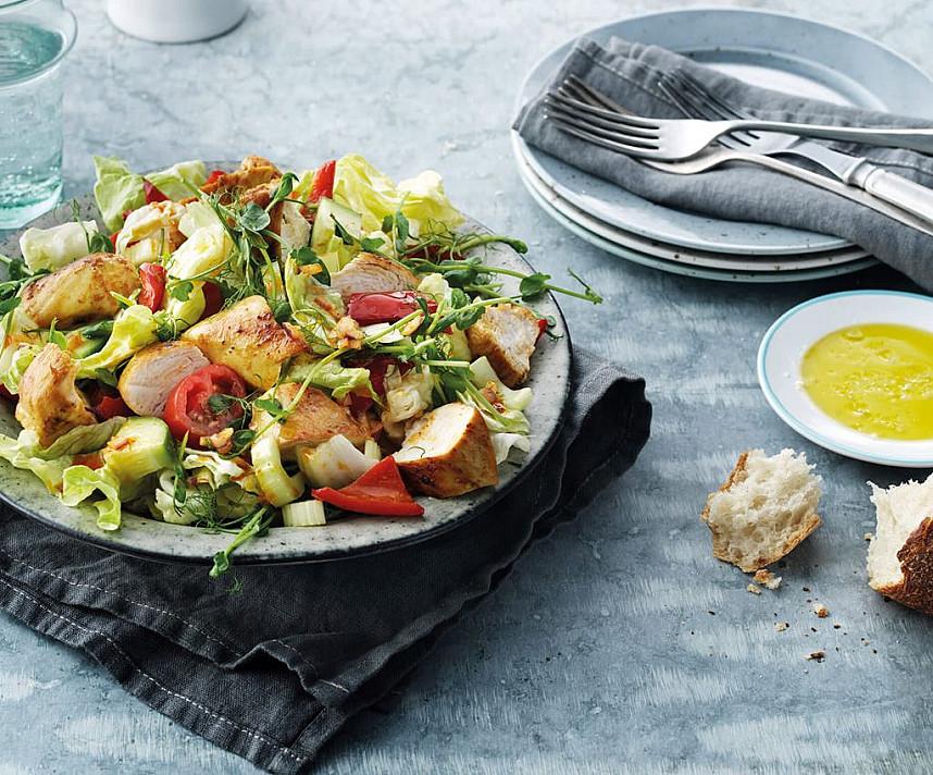 Šiltos vištienos salotos su paprikomis, pomidorais ir žirnių daigais