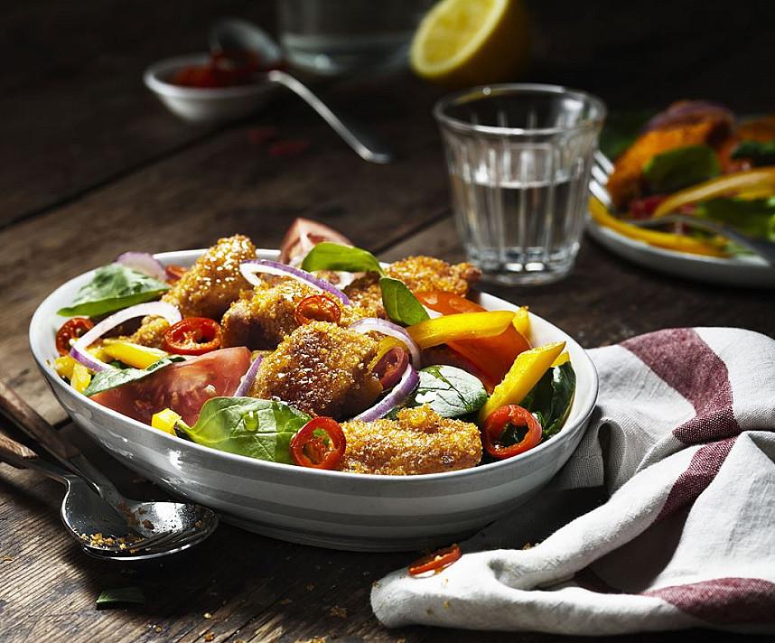 Salotos su traškia vištiena, špinatais, slyviniais pomidorais ir paprikomis