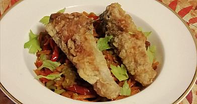 Keptuvėje keptas traškus karpis su daržovėmis kinietiškai