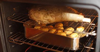 Orkaitėje kepta ėriuko koja su bulvėmis ir mėtų padažu