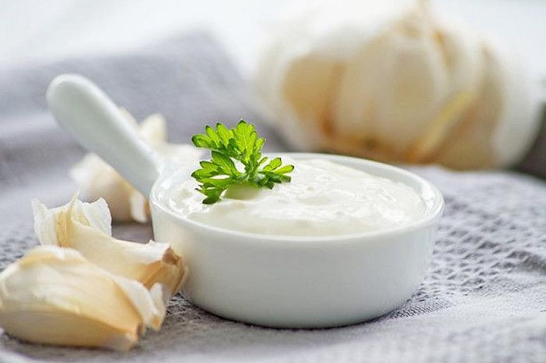 Baltas česnakinis varškės padažas be majonezo