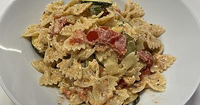 Vegetariški makaronai su feta, cukinijomis ir pomidorais pagal Beatą