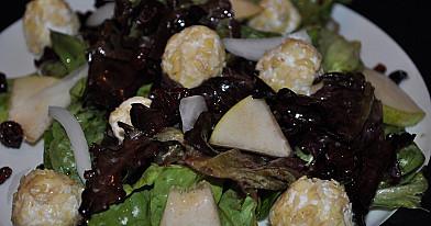 """Vegetariškos kriaušių salotos """"Ožkos riešutėliai"""" su riešutais"""