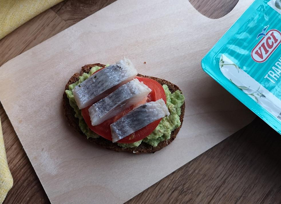 Sumuštinis su silke, avokadu ir pomidoru
