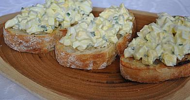 Замечательный салат с яичница болтунья