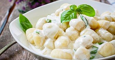 Šilkiniai bulvių virtinukai su sūrio padažu