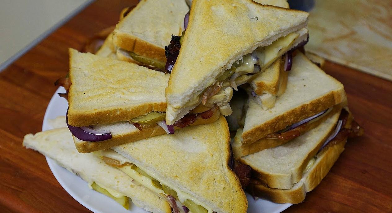 Karšti sumuštiniai su šonine, marinuotais agurkėliais ir sūriu (orkaitėje)