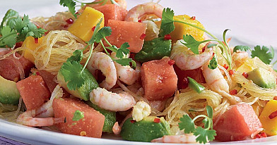Krevečių salotos su stikliniais makaronais, vaisiais ir daržovėmis