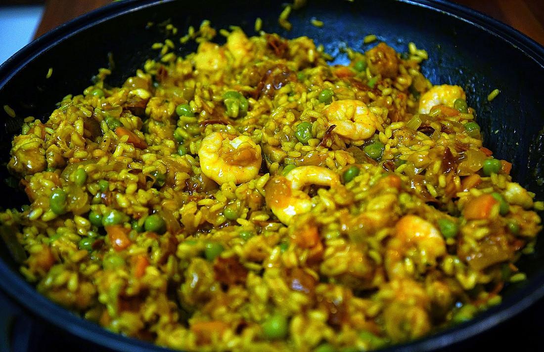 Ispaniška Paelja su vištiena, chorizo dešra ir krevetėmis