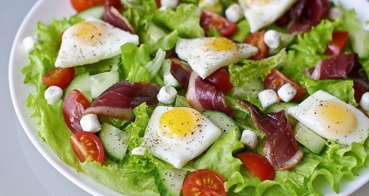 Salat mit Wachteleiern und geräuchertem Fleisch