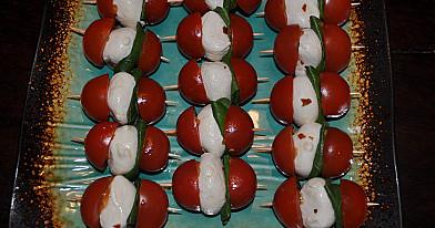 Kaprėzė užkandukas su vyšniniais pomidorais, mocarelos sūriu ir baziliku