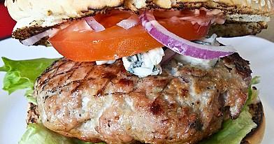 Naminiai mėsainiai su mėlynuoju pelėsiniu sūriu