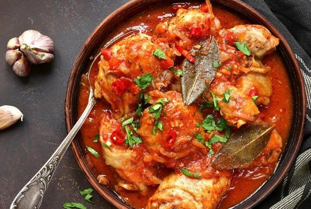 Vištienos krūtinėlė keptuvėje pomidoriniame padaže