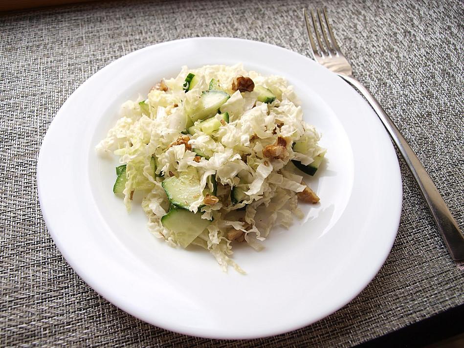 Žaliavalgiškos kiniško kopūsto ir agurkų salotos