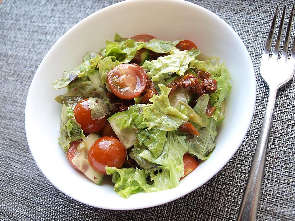 Žaliavalgiškos salotos su džiovintais pomidorais ir citrininiu medaus / alyvuogių aliejaus padažu