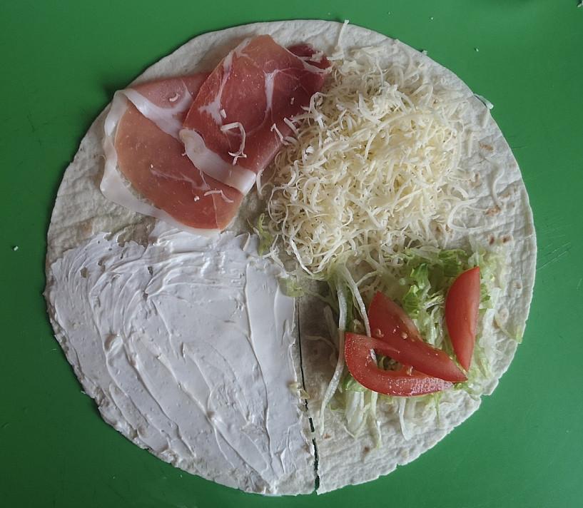 Tortilijos suvožtinis su kreminė varškės užtepėle, Serano kumpiu ir Čederio sūriu