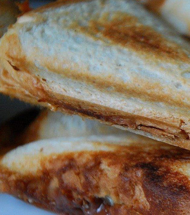 Heiße Sandwiches mit Schokoladenquarkcreme und Bananen