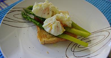 Prabangesni pusryčiai: be lukšto virti kiaušiniai su šparagais