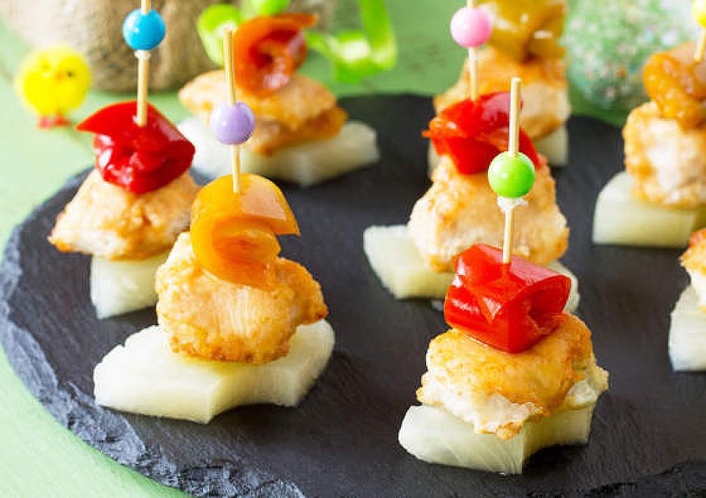 Vieno kąsnio užkandžiai / sumuštiniai: vištienos vėrinukai su ananasais ir paprika