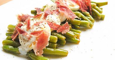 Šparaginių pupelių salotos su virtais kiaušiniais ir kumpiu (be majonezo)