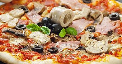 Пицца Капричоза (Pizza Capricciosa) с ветчиной, шампиньонами, артишоками, оливками и сыром