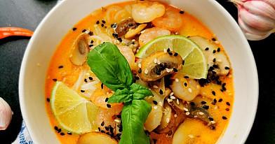 Tailandietiška sriuba su krevėtėmis, ryžių makaronais ir pievagrybiais