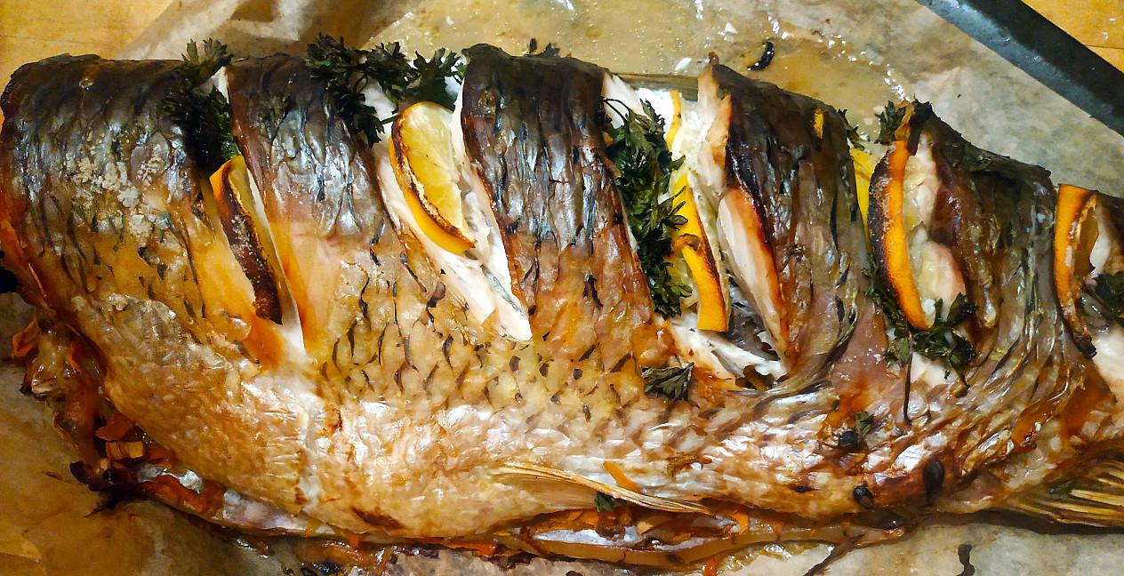 Morkomis įdarytas amūras - žuvis kepta orkaitėje