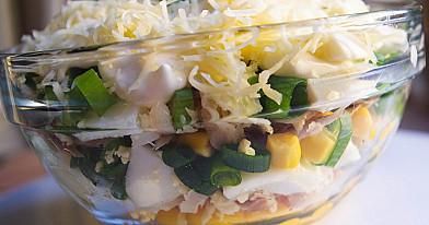 Konservuotų kukurūzų salotos su rūkyta žuvimi, virtais kiaušiniais ir sūriu
