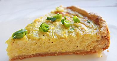 Nesaldi vegetariška sluoksniuotos tešlos cukinijų tarta - pyragas su sūriu