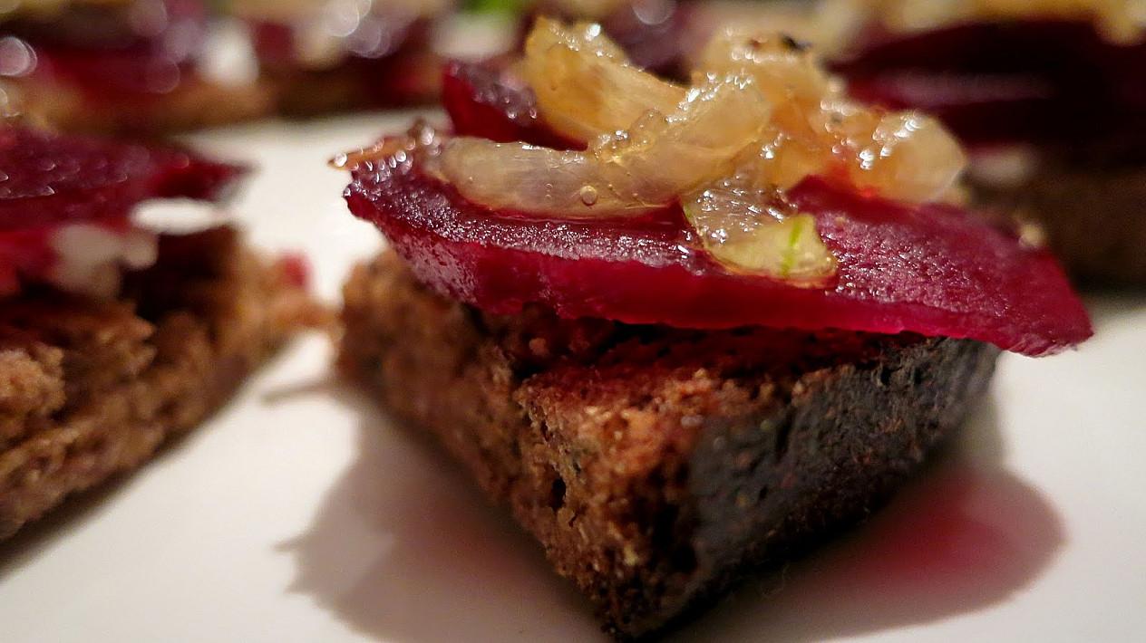 Vegetariški orkaitėje skrudintos duonos sumuštiniai su burokėliais ir karamelizuotais svogūnais