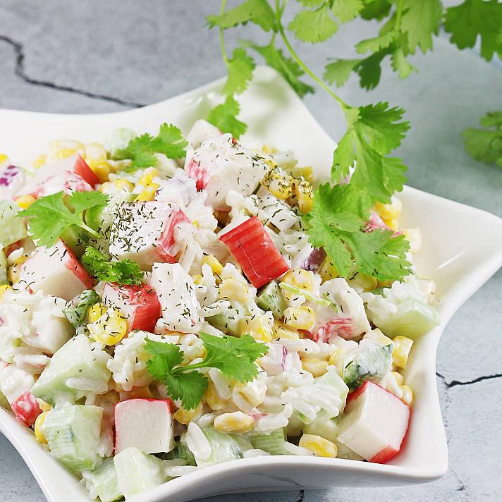 Крабовый салат с отварным рисом и яйцом