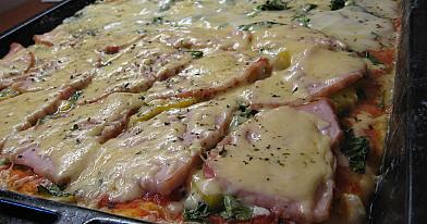 Storapadė pica su špinatais, sūriu ir kumpiu
