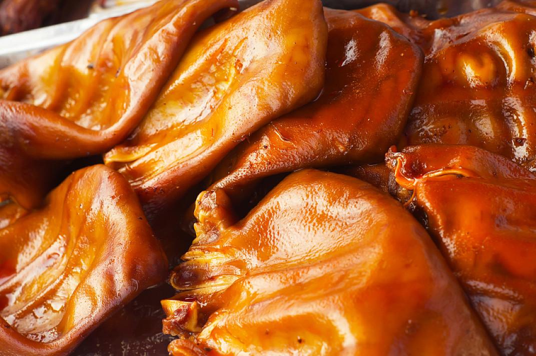 Глазированные, запеченные в духовке свиные уши с горошком