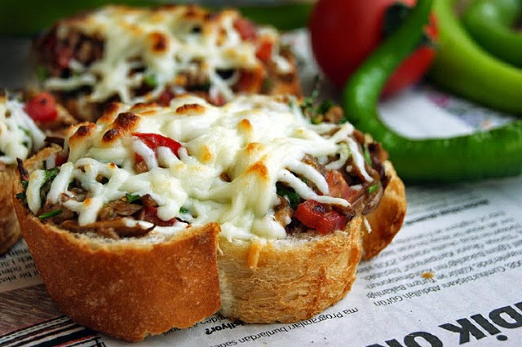 Вегетарианские горячие бутерброды с грибами без мяса
