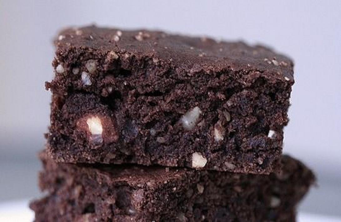 Šokoladiniai pyragėliai su riešutais