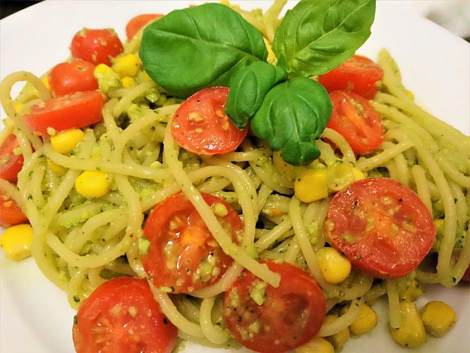 Veganiški spagečiai su avokadų padažu ir konservuotais kukurūzais