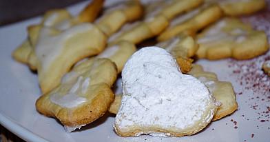 Kaimiški sausainiai su glajumi iš cukraus pudros ir citrinos sulčių