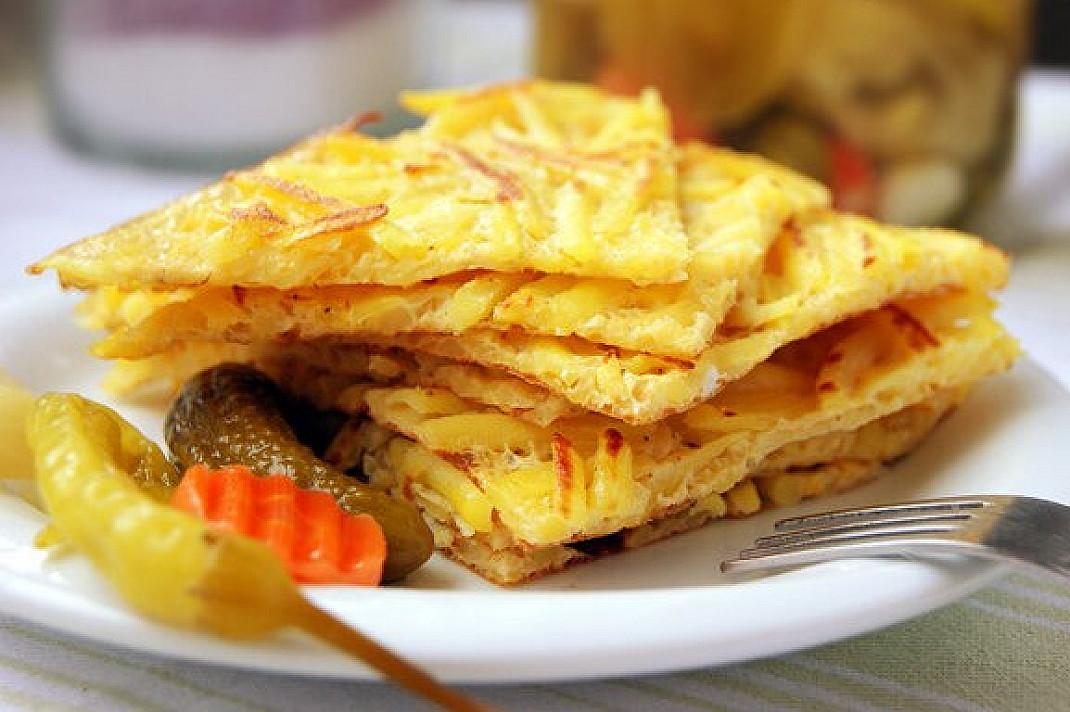 Блинчики из картофеля на терке с яйцом, обжаренный на сковороде