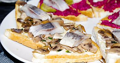 Silkės sumuštiniai su pievagrybiais ant forminės batonos riekelių