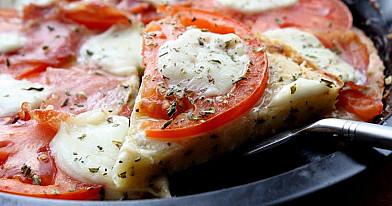 Пицца «Везувий» - быстрая пицца с моцареллой, помидорами и вяленой ветчиной