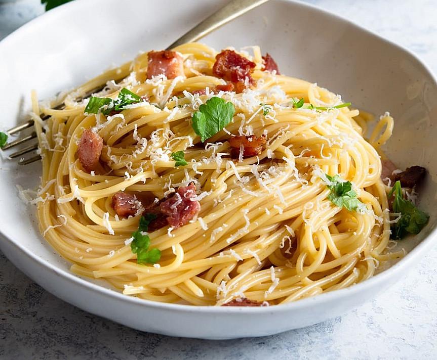 Паста Карбонара (Pasta Carbonara) - паста с беконом, яичным желтком и сыром