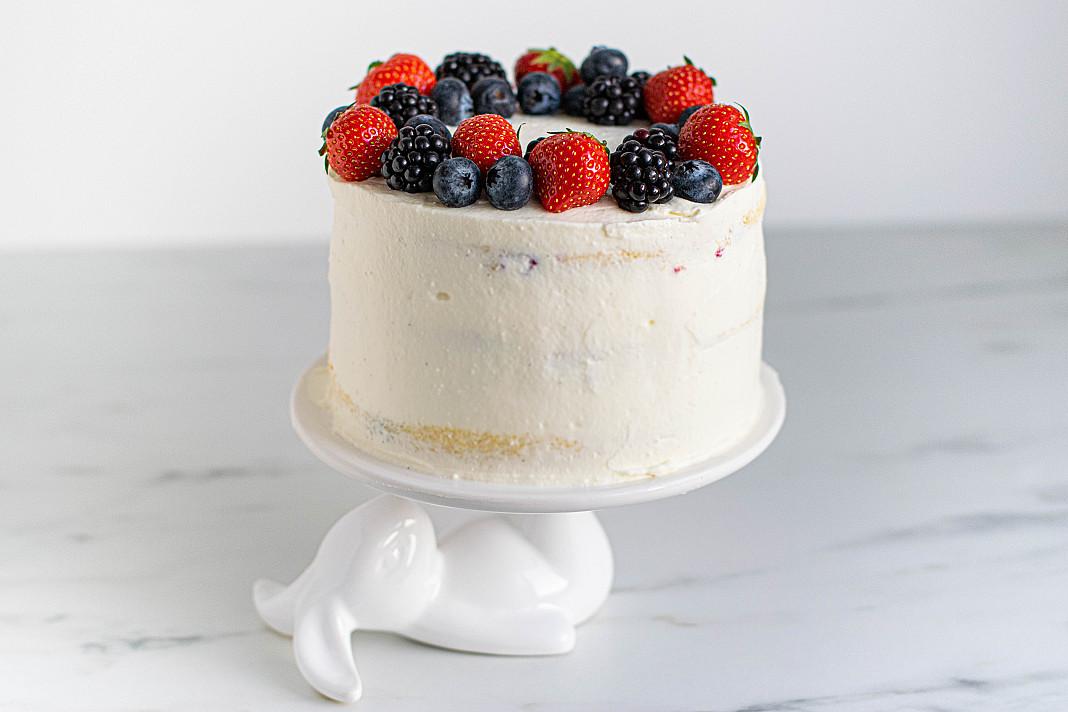 Свежий и легкий творожный торт с черной смородиной