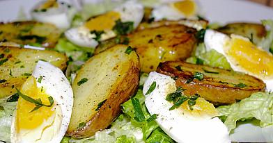 Sočios salotos su virtais kiaušiniais ir keptomis bulvėmis
