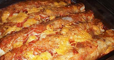 Энчилада с курицей - лепешки с начинкой, обжаренные с соусом