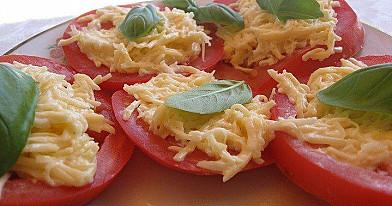 Пикантная закуска из помидоров