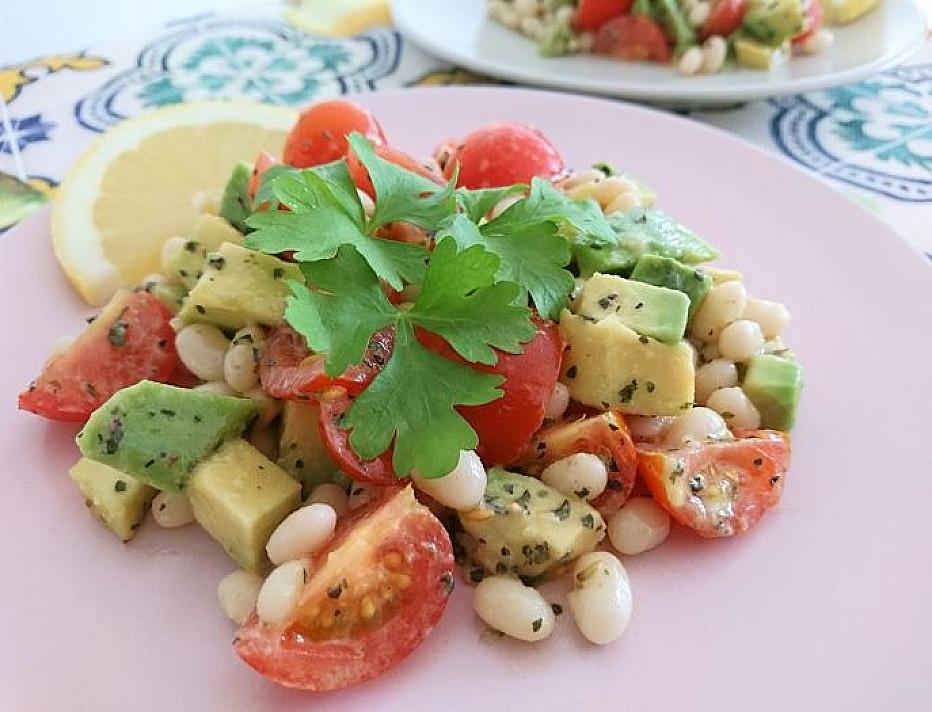 Sočios veganiškos baltųjų pupelių, avokadų ir pomidorų salotos