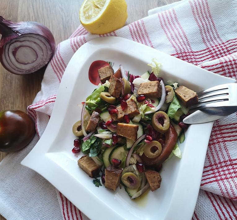 Veganiškos agurkų ir pomidorų salotos su tempeh ir alyvuogėmis