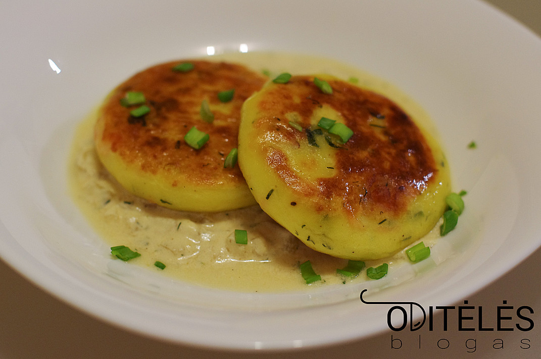 Картофельные оладьи с копченым лососем и сливочным соусом