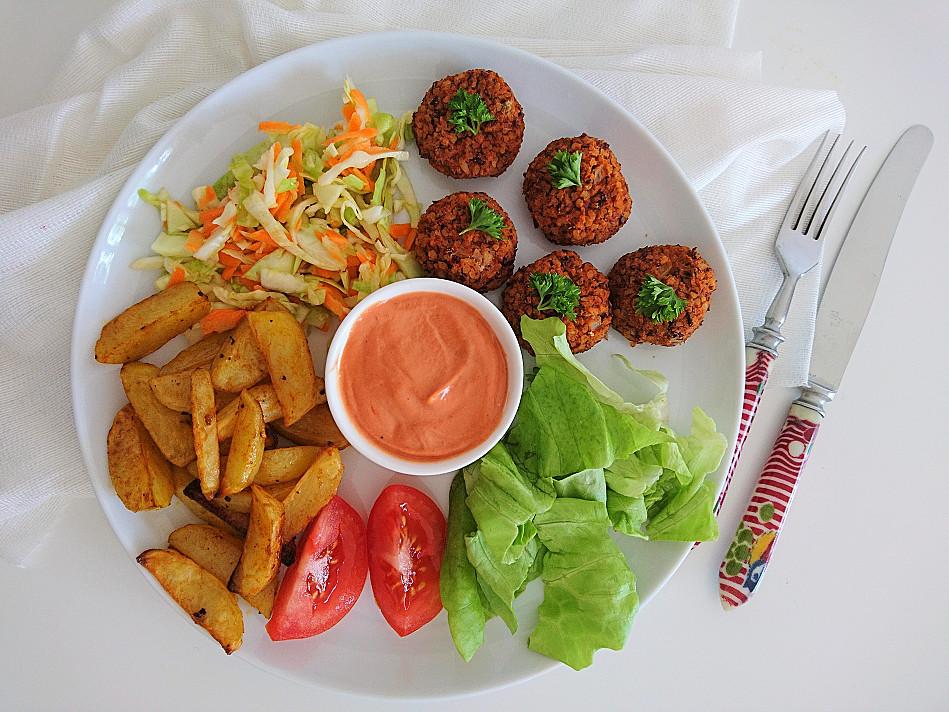 Веганские / вегетарианские стейки из крупы из булгура и из красной фасоли, запеченные в духовке