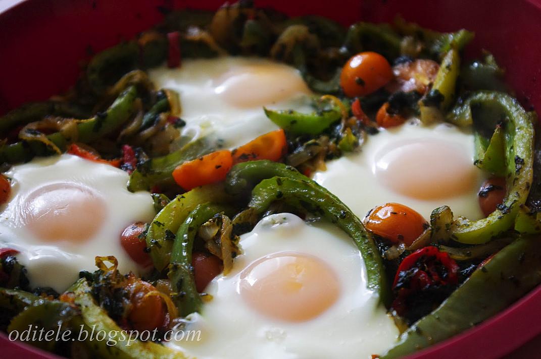 Kepti kiaušiniai su pomidorais ir paprikomis
